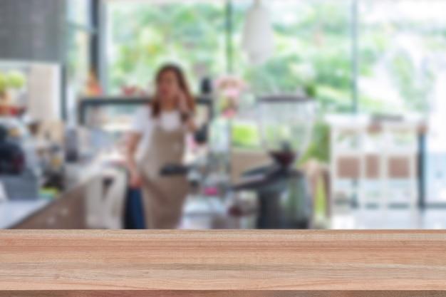 Mesa de madera en desenfoque