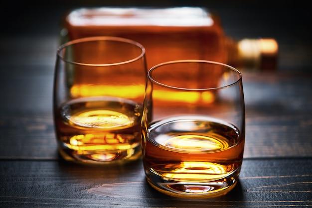 Mesa de madera con dos tragos de whisky.