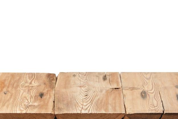 Mesa de madera dura con textura envejecida en blanco sobre un fondo blanco para exponer y montar sus productos. se utilizó el apilamiento de enfoque para crear una profundidad de campo completa.