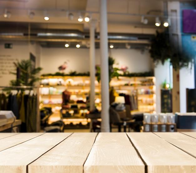 Mesa de madera con escena de restaurante borroso