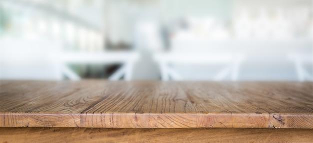 Mesa de madera con fondo desenfocado