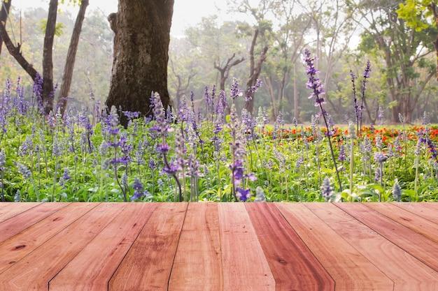 Mesa de madera y fondo de flor morada