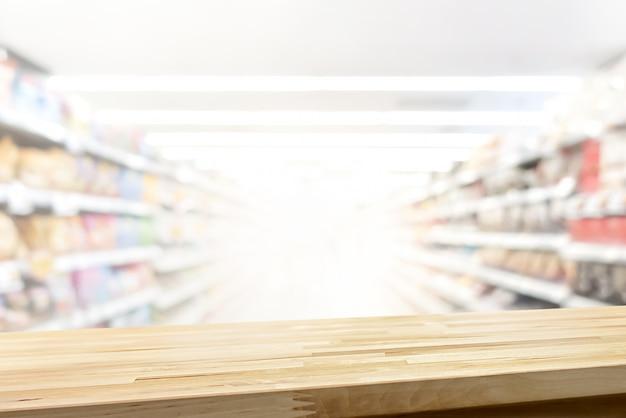 Mesa de madera en el fondo del supermercado para exhibir o montar sus productos