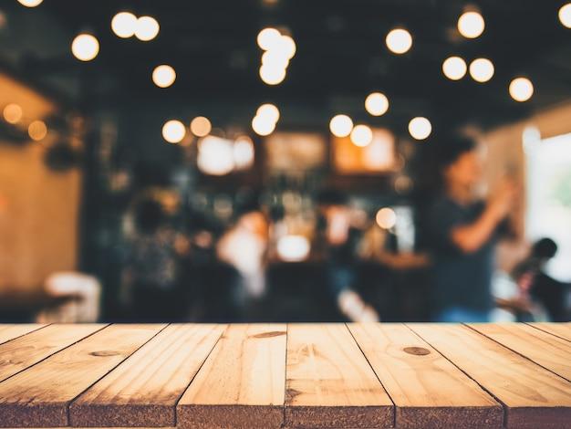 Mesa de madera frente a un restaurante borroso