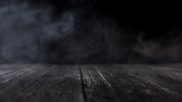Mesa de madera con humo oscuro