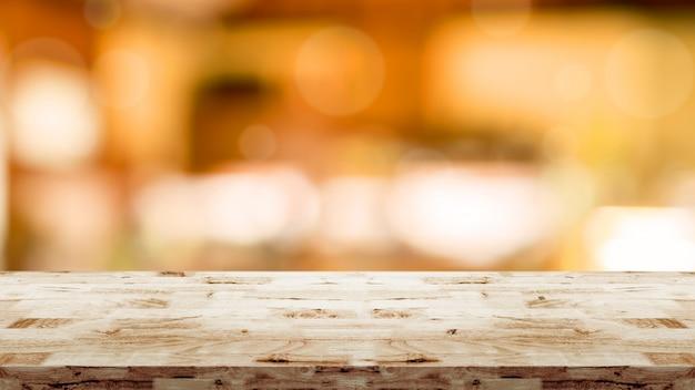 Mesa de madera con interior borroso en el fondo del café