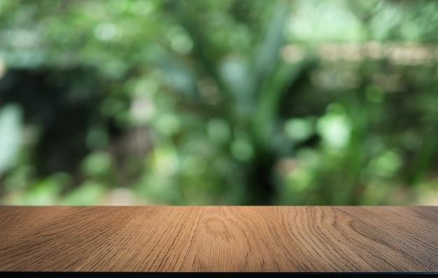 Mesa de madera en el interior de la habitación de fondo borroso con espacio de copia vacío.