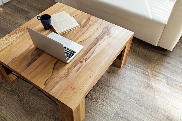 Mesa de madera moderna en el interior del loft