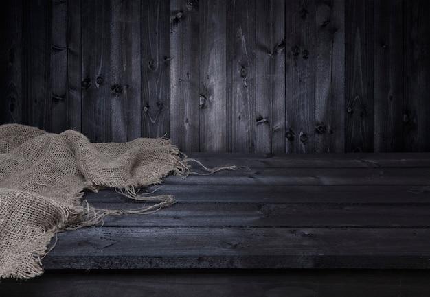 Mesa de madera oscura para montaje de productos.