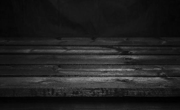 Mesa de madera oscura para la presentación del producto.
