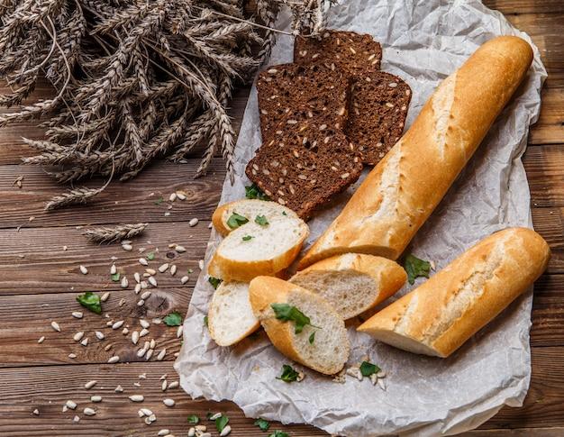 Mesa de madera con pan, semillas.