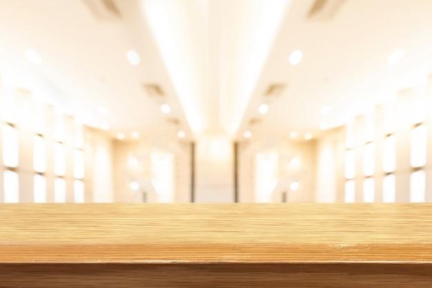 Mesa de madera de perspectiva en la parte superior sobre fondo natural desenfoque
