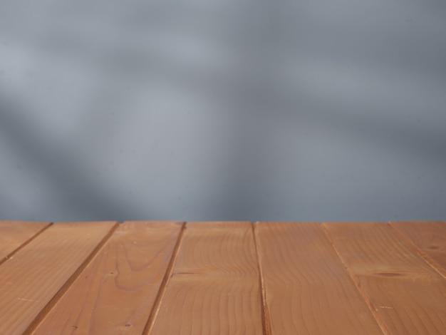 Mesa de madera para presentación de producto con luz de ventana.