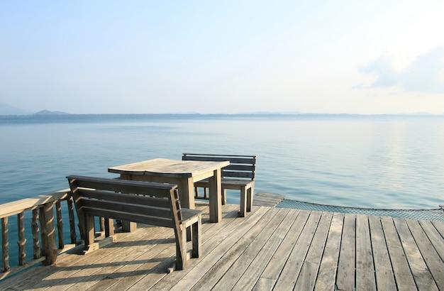 Mesa de madera y sillas en un balneario tropical