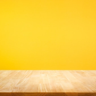 Mesa de madera sobre fondo de colores