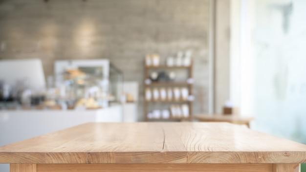 Mesa de madera superior vacía en el fondo del café