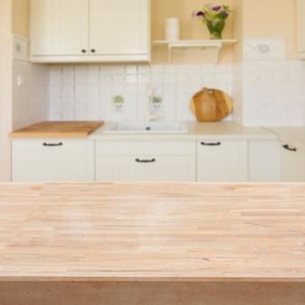 Mesa de madera vacía en una cocina moderna y luminosa