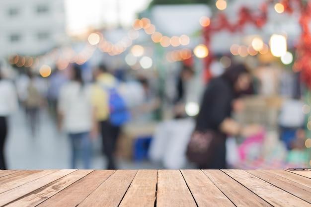 Mesa de madera vacía de color marrón en el frente fondo borroso mercado de la calle