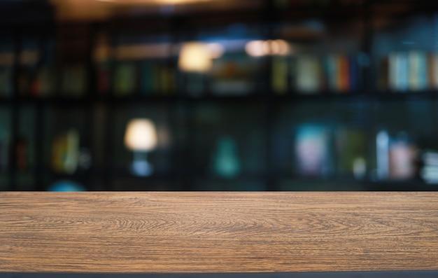 Mesa de madera vacía delante de fondo borroso abstracto de cafetería
