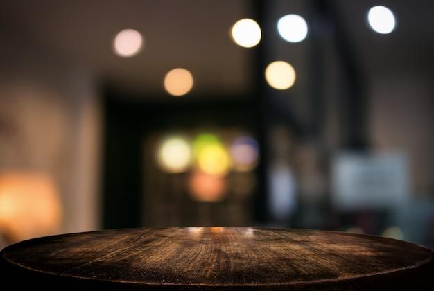 Mesa de madera vacía y fondo borroso