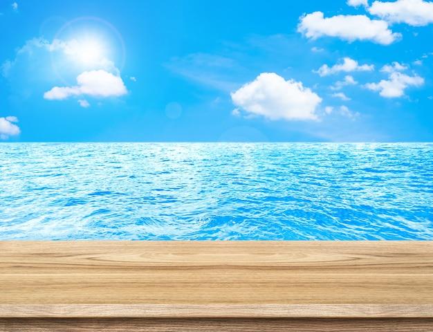 Mesa de madera vacía con fondo de mar y cielo