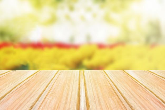 Mesa de madera vacía con fondo de primavera borrosa, bokeh de flores y parque
