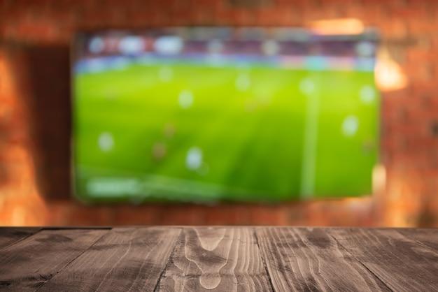 Mesa de madera vacía en el fondo del televisor en la sala de estar