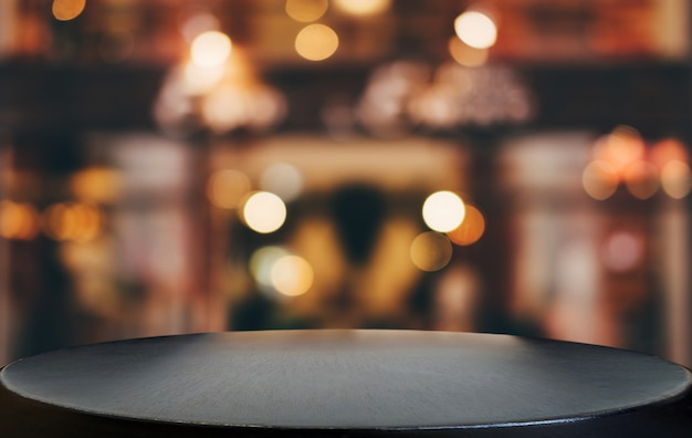Mesa de madera vacía en frente de fondo claro festivo borroso abstracto con puntos de luz
