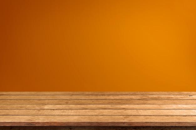 Mesa de madera vacía de halloween sobre fondo naranja