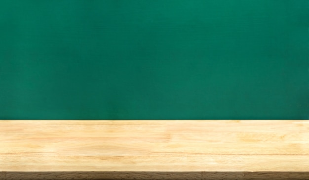 Mesa de madera vacía y pizarra verde