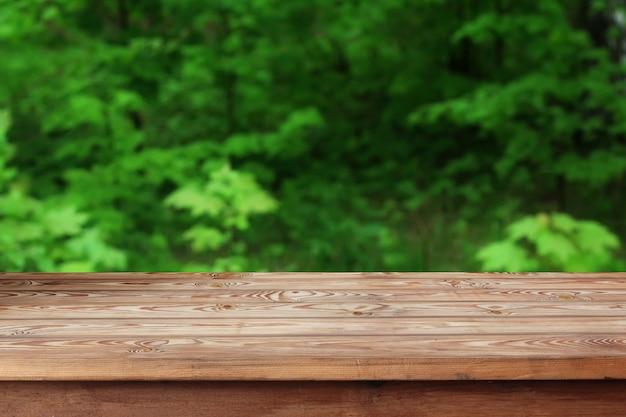 Mesa de madera vacía sobre fondo bokeh.