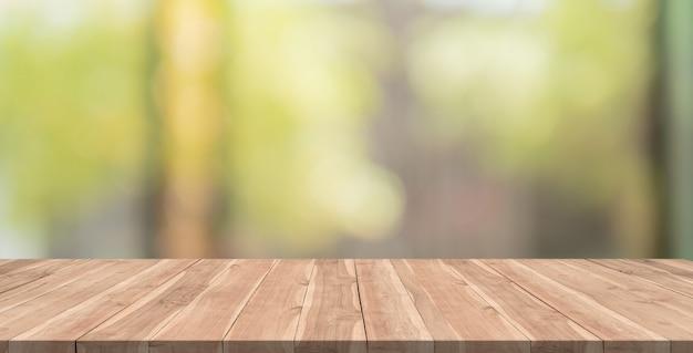Mesa de madera vacía sobre fondo borroso