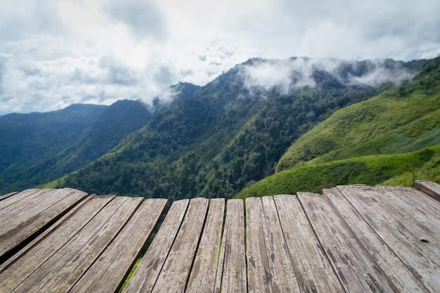 Mesa de madera vacía en vistas al fondo de la montaña