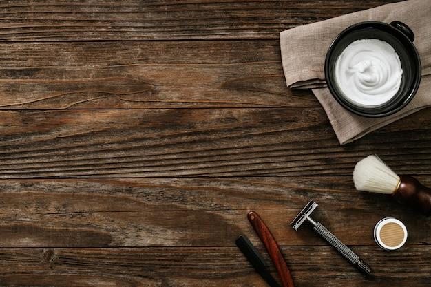 Mesa de madera vintage con herramientas de peluquería para dar forma a la barba