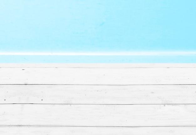 Mesa de madera con vista al mar azul y cielo azul