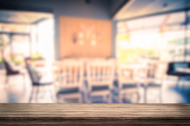 Mesa de madera con vista borrosa de cafetería