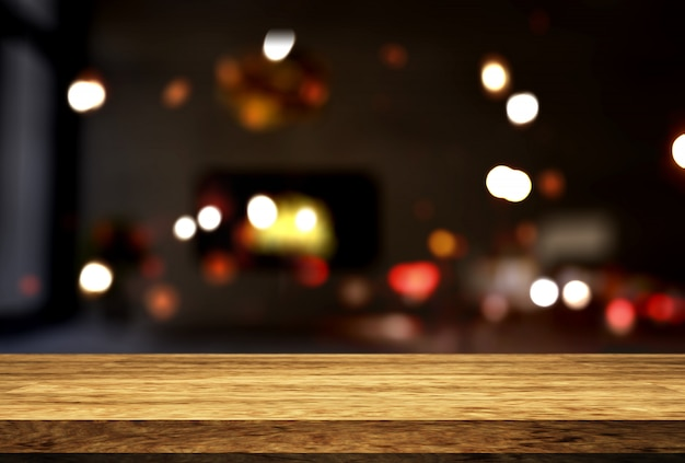 Mesa de madera con vistas al interior de una habitación desenfocada