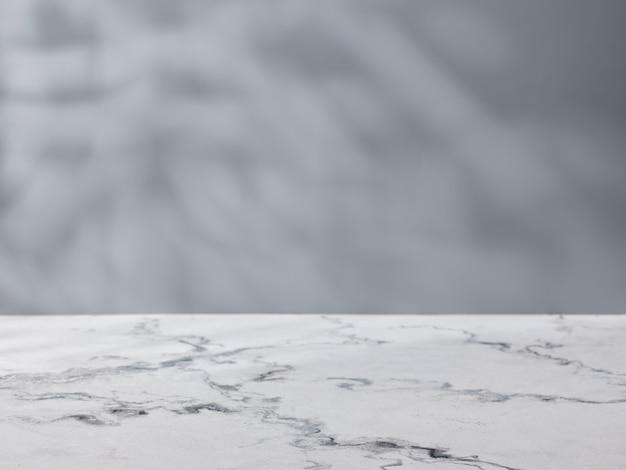 Mesa de mármol en el fondo de un muro de hormigón. maqueta para presentación de producto.