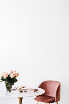 Mesa de mármol y silla rosa.