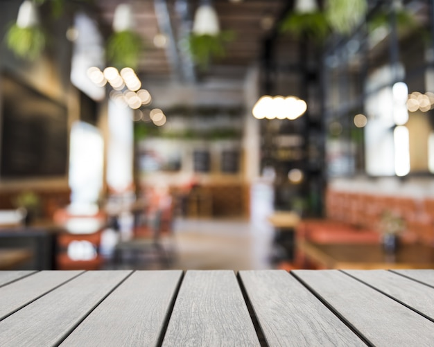 Mesa mirando hacia restaurante borroso