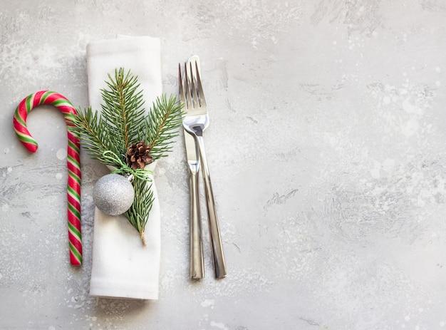 Mesa de navidad o año nuevo con decoraciones festivas.