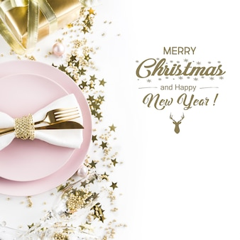 Mesa de navidad rosa con decoración dorada.