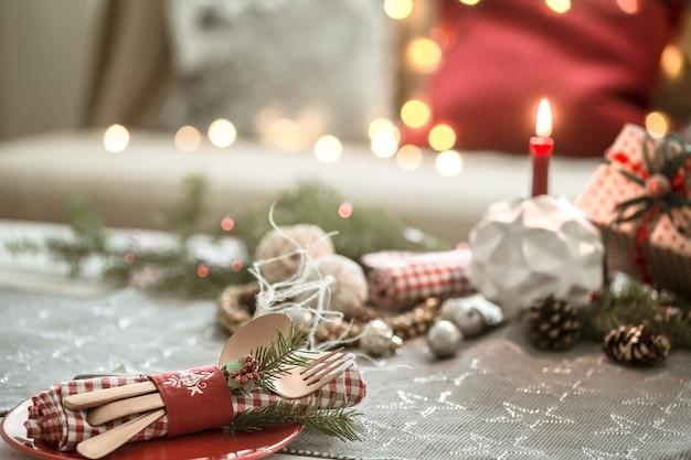 Mesa navideña bellamente decorada en la sala de estar.