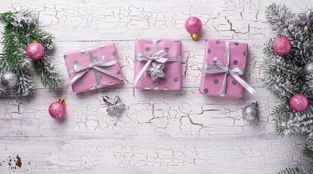 Mesa navideña con caja de regalo rosa