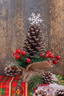 Mesa navideña con ciervo de juguete, pino y santa.