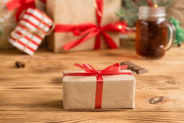 Mesa navideña y regalos