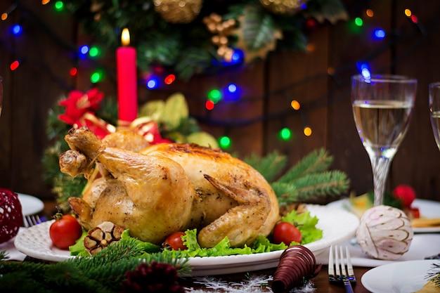 Mesa navideña servida con pavo