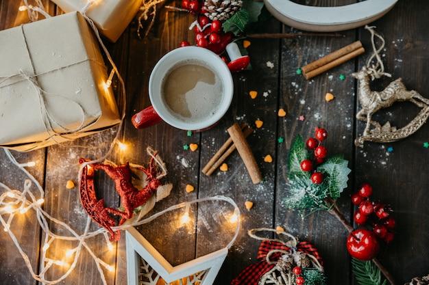 Mesa navideña con vista superior del café