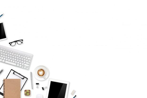 Mesa de oficina de marketing digital con computadora portátil, suministros de oficina y teléfono celular en blanco