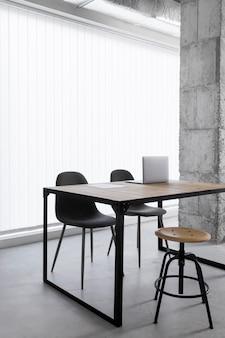 Mesa de oficina con sillas
